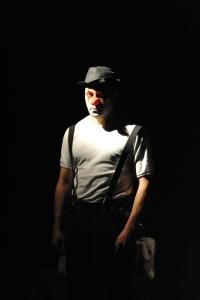 Szene aus der gute König Ödipus: Ödipus geschminkt als Clown