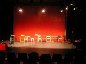 Bühnenbild aus Platon: Phaidon - Eine Reihe Stühle